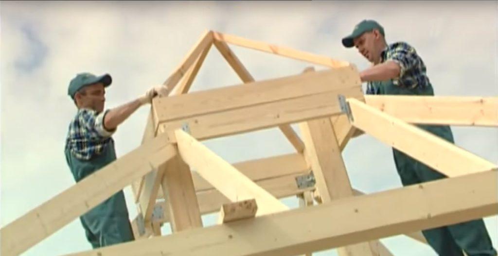 Рабочие укладывают башенку