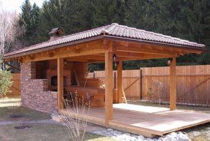 Беседка из дерева с крышей