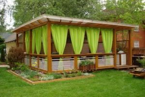 Беседка с зелеными шторами