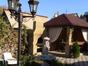 Кирпичный мангал, беседка, фонарь и фонтан на участке