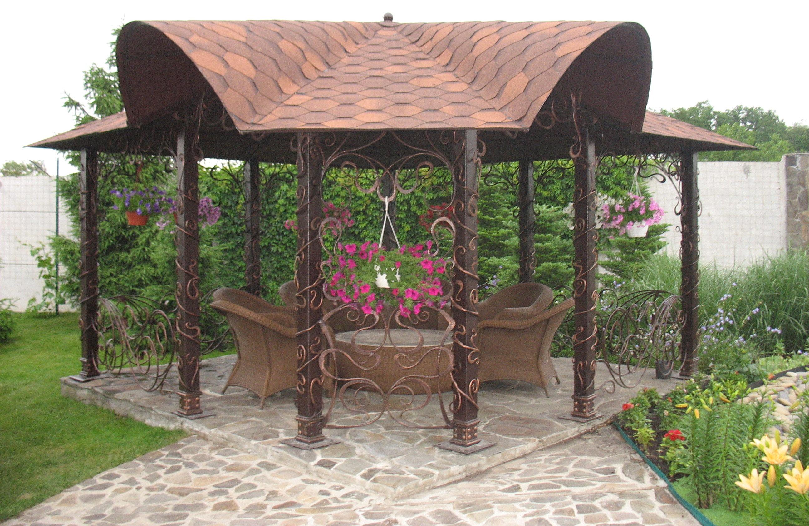 Беседка с декоративной ковкой и нестандартной крышей