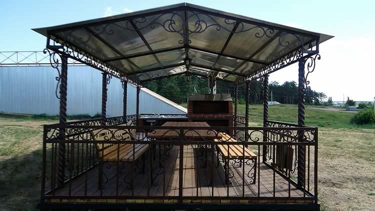 Кованная беседка с мангалом и столом под одной крышей