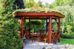Открытая постройка с озеленением
