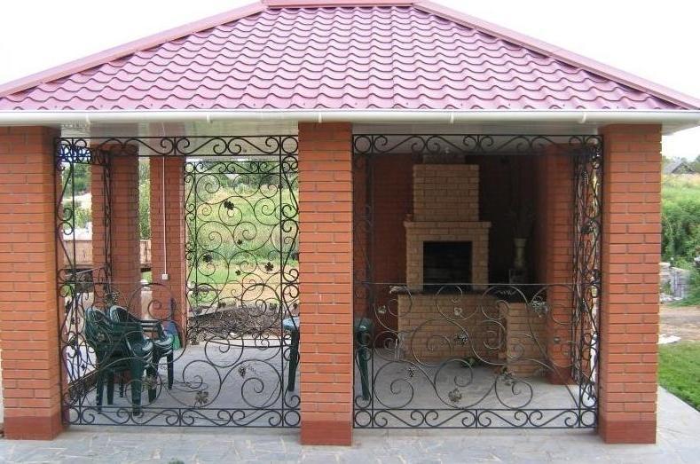 Кирпичная постройка с мангалом