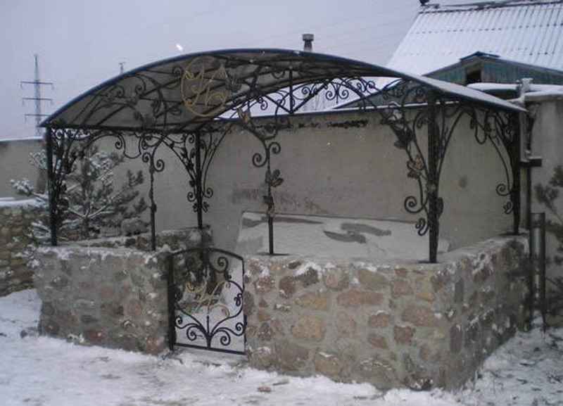Кованная постройка с бетонным основанием