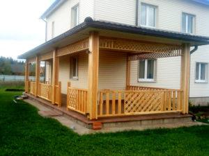 Пристроенный к дому деревянный навес