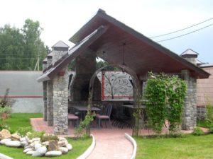 Беседка с двускатной крышей из камня