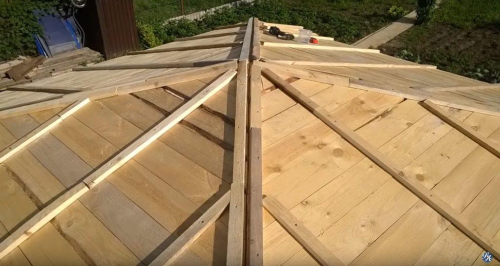 Обшивка крыши досками