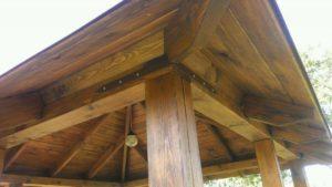 Дополнительное крепление верхней обвязки к столбам