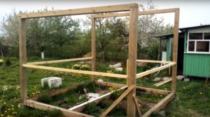 Установленные столбы и верхняя обвязка
