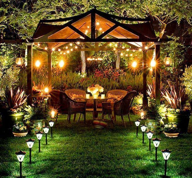 Комбинация ламп, фонарей с солнечными батареями, свечей и настольной лампы