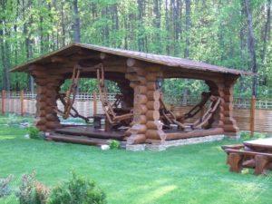 Беседка с декоративными элементами из дерева