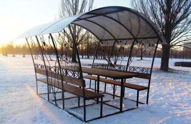 Беседка из поликарбоната в снегу