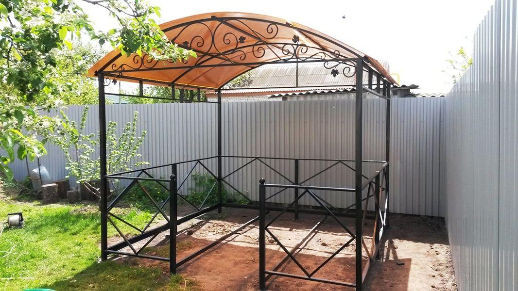 Беседка в саду из поликарбоната и металла