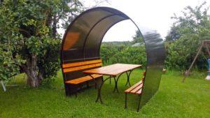 Беседка из поликарбоната и металла с лавками и столом