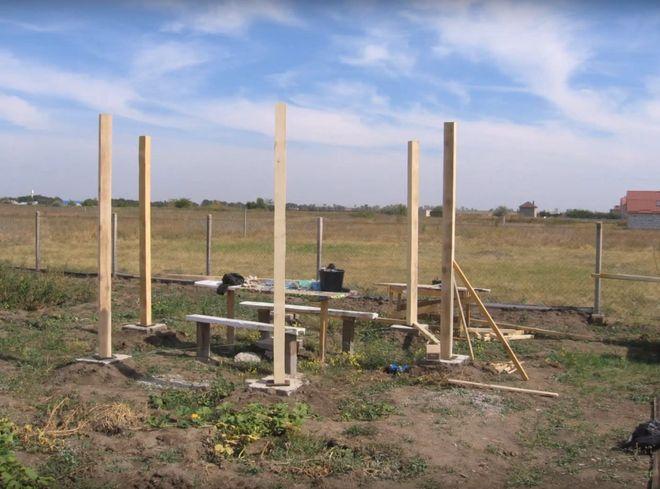 Шаг 3. Установка вертикальных столбов