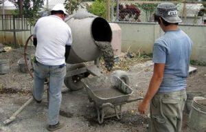 Замес раствора в бетономешалке