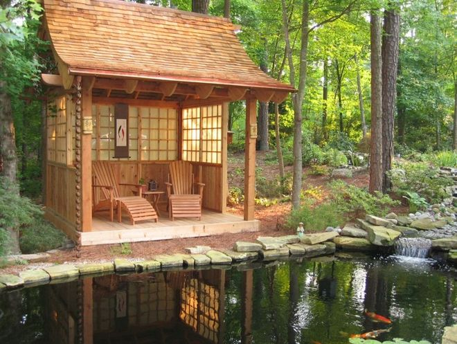 Деревянная постройка на берегу водоёма