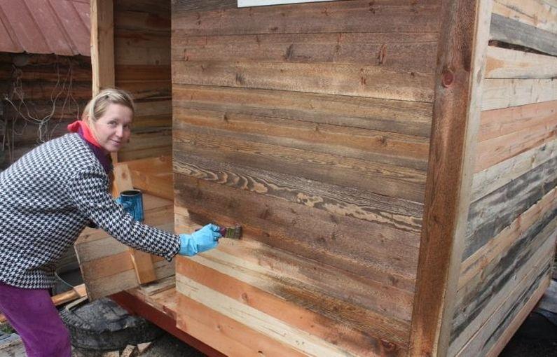 Покраска древесины кисточкой