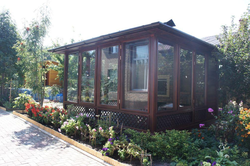 Закрытый павильон в саду
