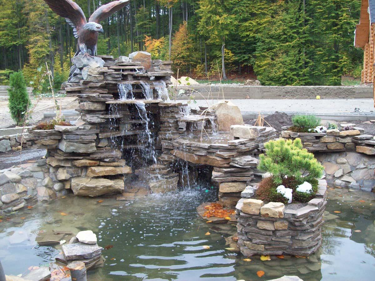 Водопад по камням