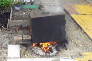 Топка коптильни на огне