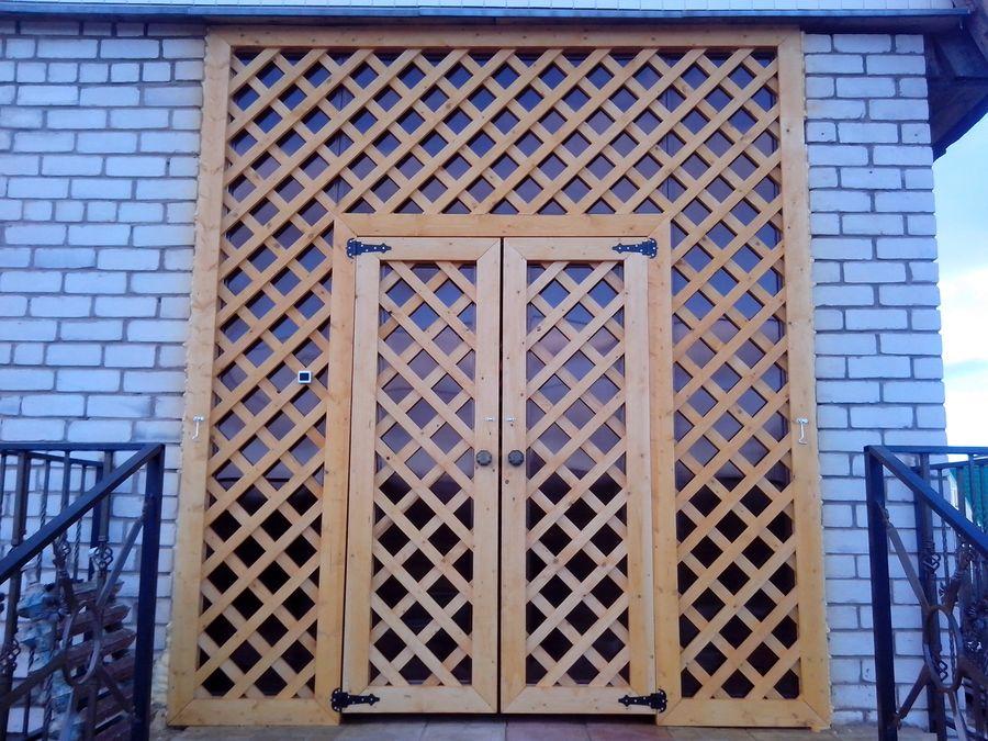 Дверь из плёнки и решеток