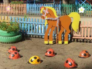 Фигуры коня и божьих коровок
